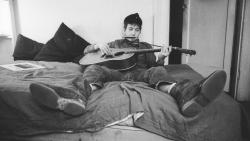 Bob Dylan 床上玩吉他图片